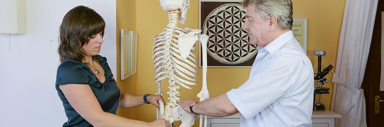 Rückenschmerzen (hier Beispiel: Schmerzen im Illiosakralgelenk) behandeln mit Aurachirurgie nach Gerhard Klügl